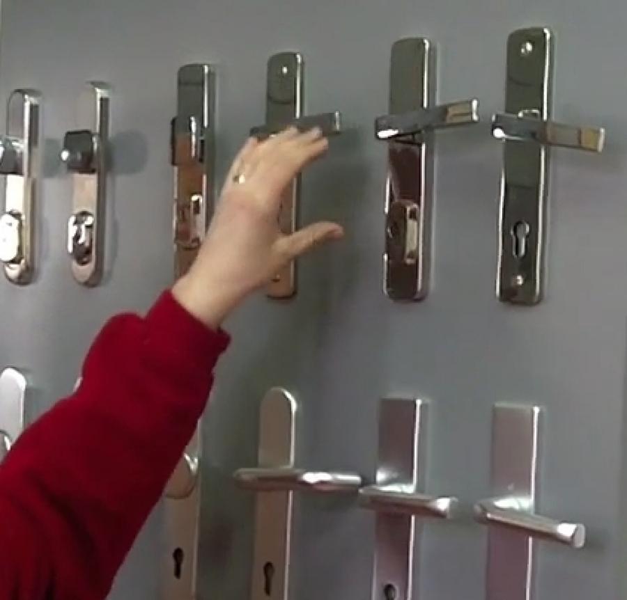 Jaký je rozdíl mezi bezpečnostním a interierovým kováním?